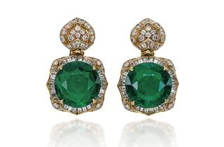 Boucles d'oreilles Lotus de Bulgari, en or, diamants et deux émeraudes centrales (11.56 et 11.37 carats). Estimation: 310 000-460 000 euros.