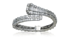 Bangle en platine, diamants taille baguette. Estimation: 20 000-28 000 euros.