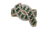Bracelet ruban sur quatre rangs en émeraudes et diamants, vendu en lot avec la montre, bague, collier et boucles d'oreilles. Estimation: 140 000-170 000 euros.
